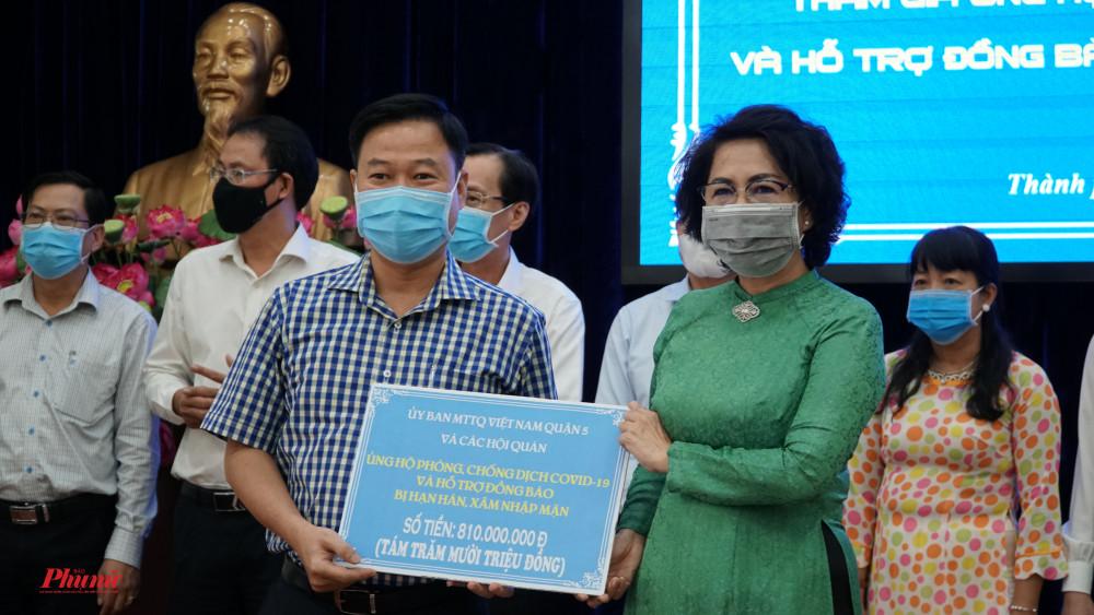 Ủy Ban MTTQ Việt Nam Quận 5 và cac Hội quán hỗ trợ số tiền 810 triệu đồng cho quỹ