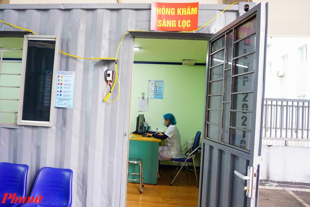 Phòng khám đảm bảo các yêu cầu an toàn cho người bệnh. Những nhân viên y tế túc trực 24/24 sẵn sàng thăm khám cho các trường hợp nghi nhiễm được chuyển đến để có thể hạn chế tối đa sự lây lan của dịch bệnh Covid-19 ra cộng đồng.