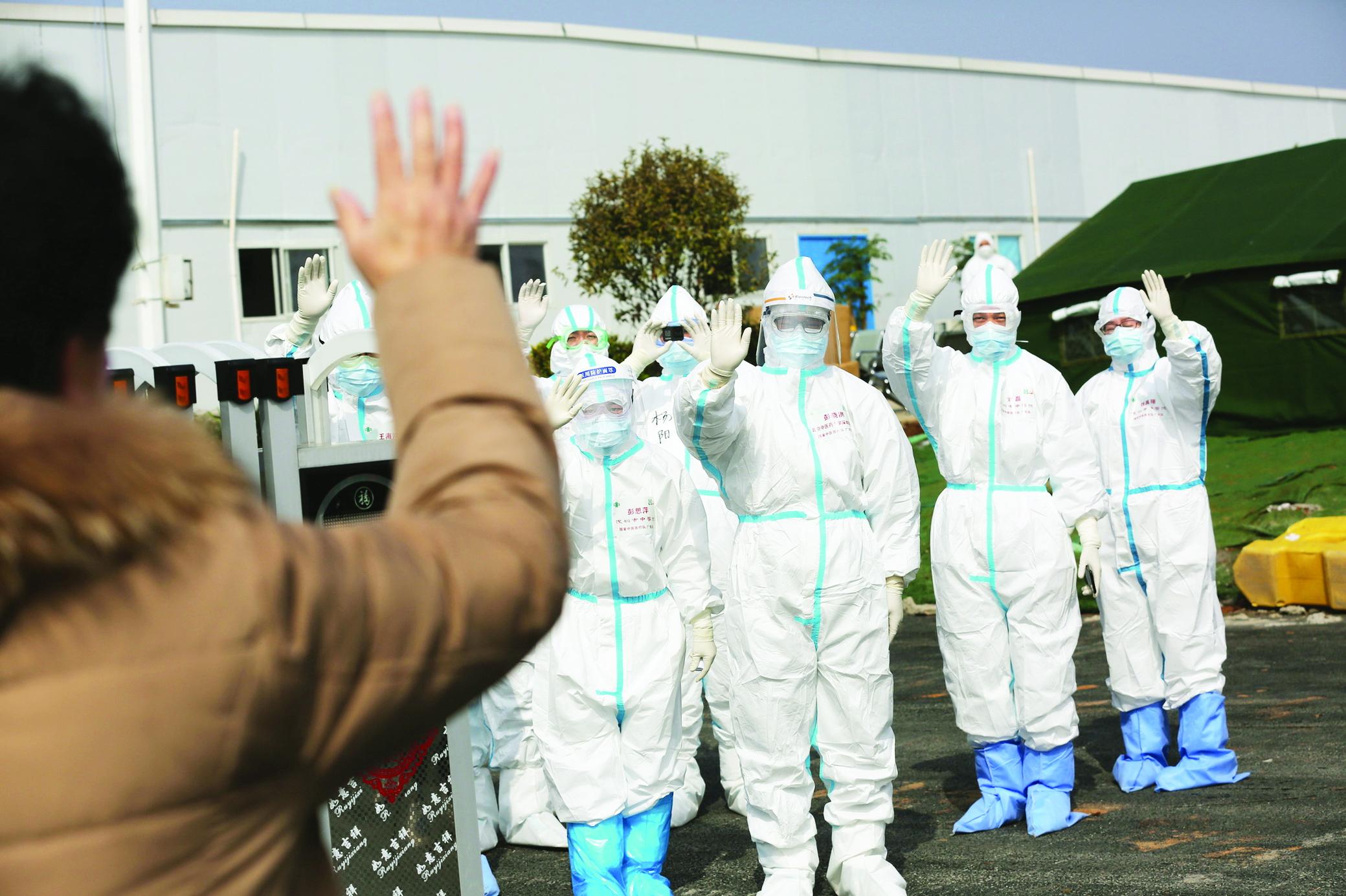 Bệnh nhân khỏi bệnh vẫy tay chào đội ngũ y bác sĩ ở Bệnh viện Dã chiến Lôi Thần Sơn, Vũ Hán ngày 1/3 - Ảnh: Reuters