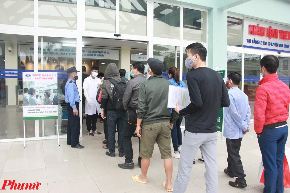 Ngoài ra tại các khu khám bệnh của Bệnh viện K Trung ương cơ sở Tân Triều, lượng bệnh nhân đến khám vẫn đông. Bệnh viện phải sử dụng đồng bộ nhiều biện pháp phòng, chống dịch COVID-19.