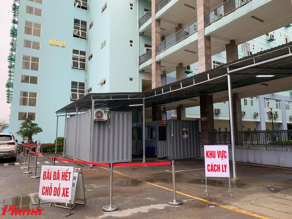 Do lượng bệnh nhân đến điều trị tại Bệnh viện K Trung ương cơ sở Tân Triều (Huyện Thanh Trì, TP. Hà Nội) vẫn không có xu hướng giảm trong tình hình dịch bệnh, Bệnh viện đã mở thêm hai khu khám bệnh, cách ly bằng container