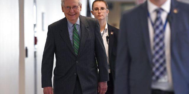 Thủ lĩnh phe Đa số Thượng viện Mitch McConnell (tiểu bang Kentucky) đến dự bữa ăn trưa bàn chính sách của đảng Cộng hòa tại tòa nhà Quốc hội Mỹ - Ảnh: AP