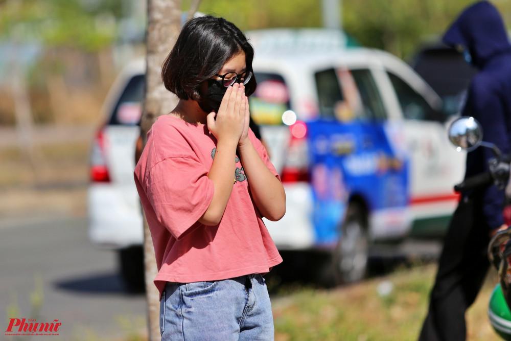 Một bé gái đứng cầu nguyện cho người chị đang cách ly tập trung tại KTX khu A Đại học Quốc Gia