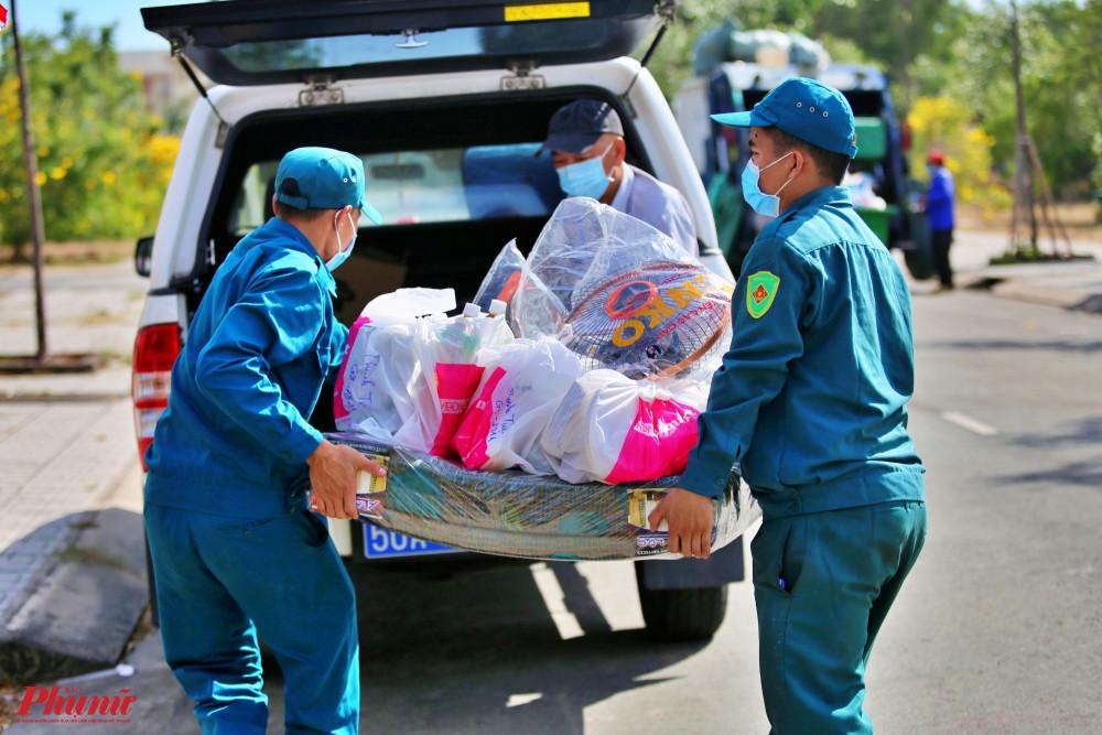 Hàng hóa bên ngoài gửi vào được đưa lên xe và chuyển vào tring