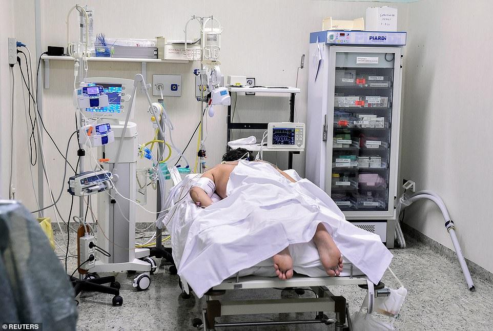 Một bệnh nhân COVID-19 nằm trong phòng chăm sóc đặc biệt tại bệnh viện Oglio Po ở Cremona ngày 19/3.