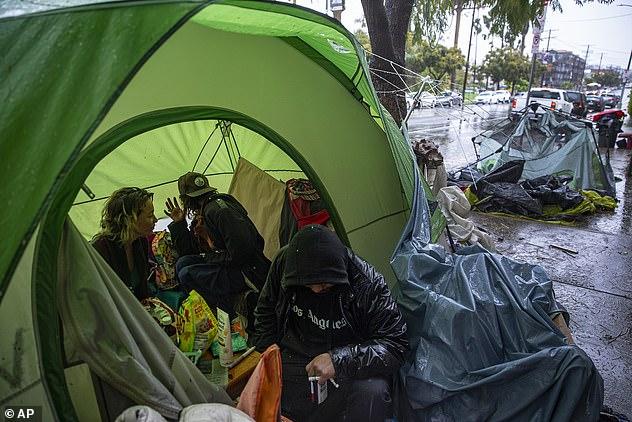 Những người lang thang ở Los Angeles tạm trú trong lều.