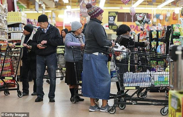 Những người dân khác thì đổ xô đi mua nhu yếu phẩm cần thiết.