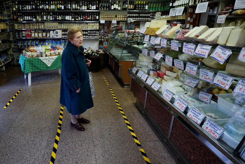 Một bà cụ phải đứng trong phạm vi vạch ngăn cách an toàn khi đến mua hàng tại một cửa hàng tạp hoá ở Rome, Ý vào ngày 10/3. Hiện, quốc gia này có hơn 41.000 người nhiễm và hơn 3.400 ca tử vong do dịch bệnh. Số người chết tại Ý hiện đã vượt lên so với Trung Quốc khiến người dân nơm nớp lo sợ.