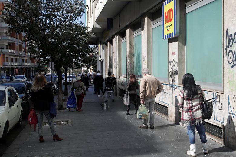 Người dân xếp hàng dài với khoảng cách khá lớn để chờ đến lượt vào siêu thị mua sắm. Bức ảnh được chụp tại Naples, Ý ngày 11/3.