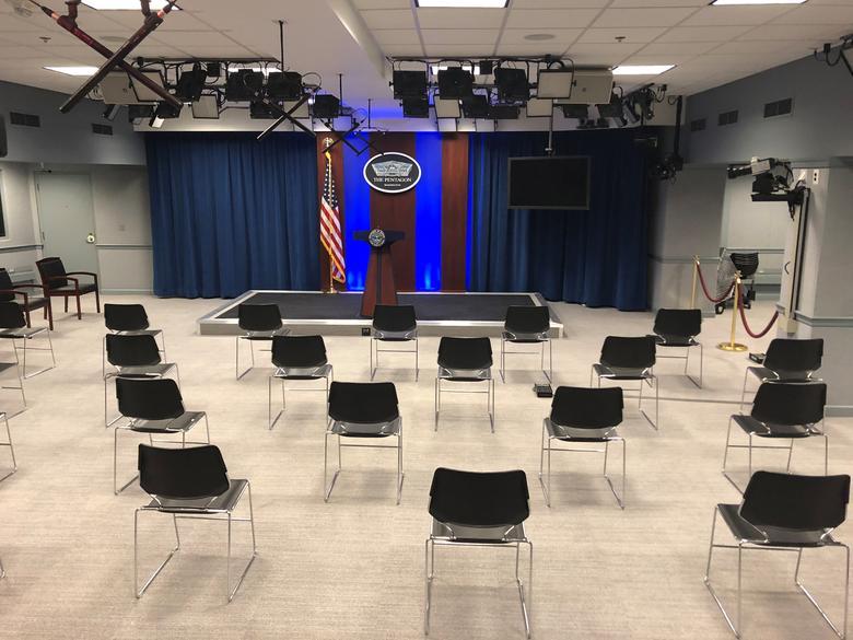 Ghế trong phòng họp tại Lầu Năm Góc (Mỹ) được đặt xa nhau để ngăn ngừa nguy cơ lây lan dịch bệnh.