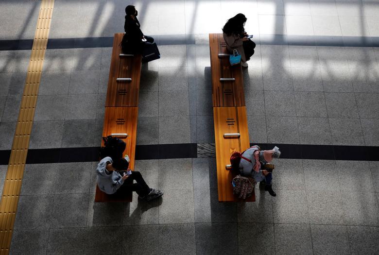 Hành khách ngồi rất xa nhau tại ga xe lửa ở Daegu, Hàn Quốc vào ngày 13/3. Đây là khu vực tâm dịch tại Hàn Quốc khi dịch COVID-19 bùng phát hồi tháng 2 vừa qua.
