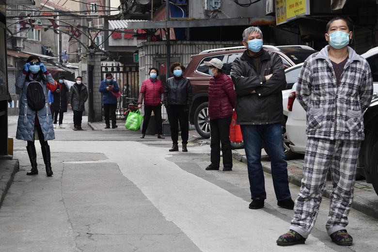 Người dân xếp hàng mua rau xanh tại Vũ Hán, Hồ Bắc, Trung Quốc vào ngày 5/3. Ngày 19/3, theo ghi nhận tại Vũ Hán không xuất hiện thêm ca nhiễm mới nào.