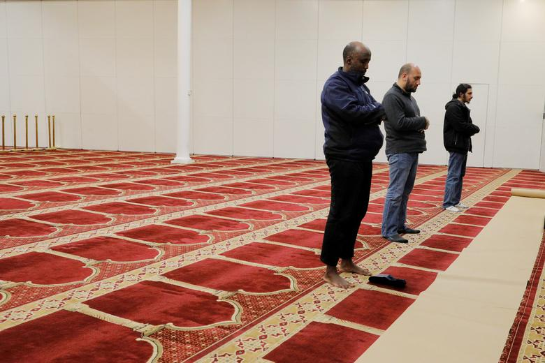 3 người đàn ông theo đạo Hồi đứng cầu nguyện với khoảng cách nhất định