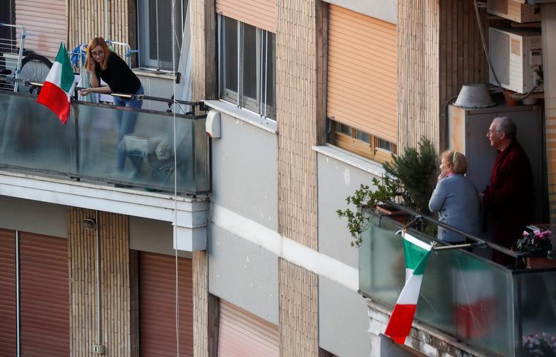 Người dân ở Ý nhìn nhau, trò chuyện qua ban công.