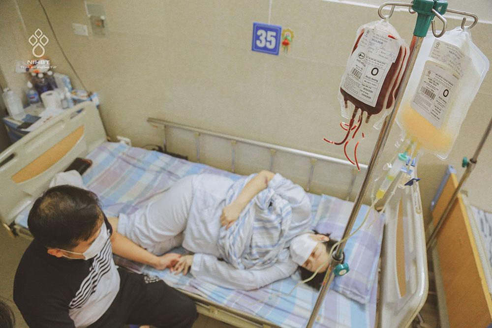 Chị Lan đã truyền trên 40 đơn vị chế phẩm máu trước và trong ca mổ