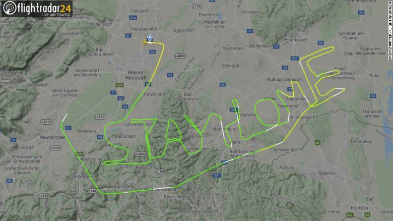 """Một phi công giấu tên đã sử dụng bảng vẽ nam châm kết nối các điểm trên bản đồ thành dòng chữ """"Stay home"""" nhắc nhở mọi người không ra ngoài."""