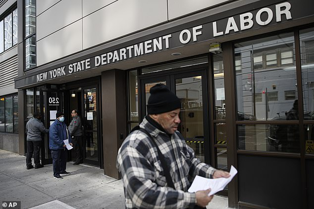 Khách đến thăm Ủy ban Lao động bang New York bị nhân viên từ chối tiếp do lệnh đóng cửa vì lo ngại về coronavirus.