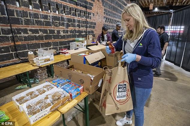 Tình nguyện viên tại Hook Hall chuẩn bị các gói quà hỗ trợ cho những nhân viên nhà hàng, khách sạn thất nghiệp đột ngột ở Washington, DC.