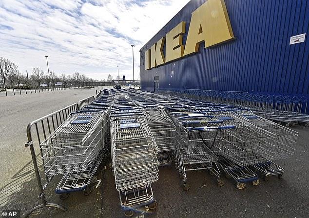 Xe đẩy trống chất đầy trước một cửa hàng IKEA đã đóng cửa. IKEA sẽ đóng cửa tất cả 50 cửa hàng tại Mỹ, trở thành thương vong kinh doanh mới nhất của dịch coronavirus.