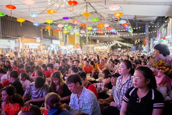 Các sân khấu đông nghẹt khán giả sẽ thay bằng sân khấu nhỏ hơn tại nhà nhưng trong thời điểm dịch bệnh, mọi sự tập tủng dù là nhóm nhỏ đều ẩn chứa nhiều rủi ro.