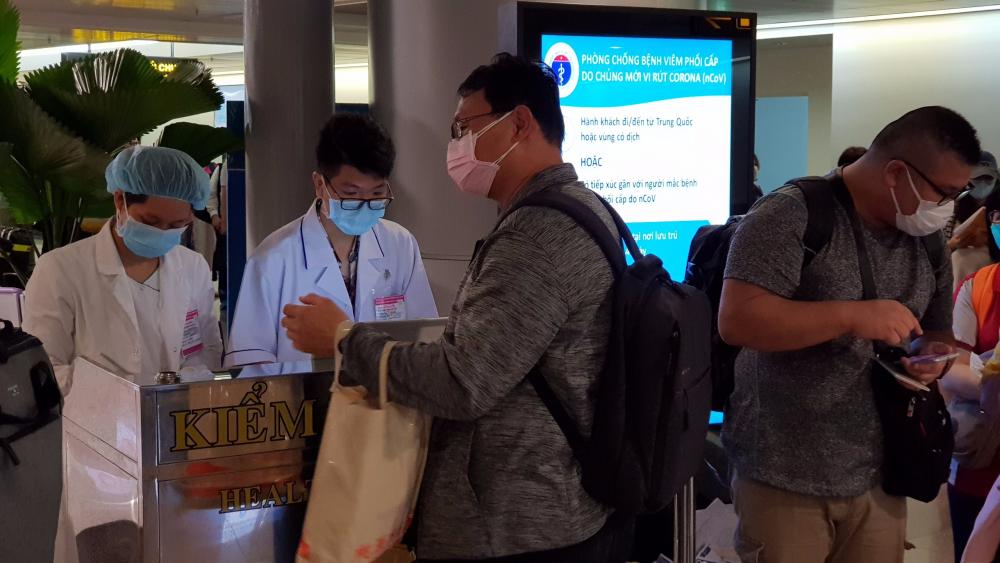 Công tác kiểm tra, giám sát hành khách từ các chuyến bay được thực hiện chặt chẽ ngay tại các sân bay.