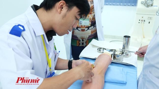 Sinh viên trường ĐH Y khoa  Phạm Ngọc Thạch (TP.HCM) học trên mô hình. Ảnh: Hiếu Nguyễn