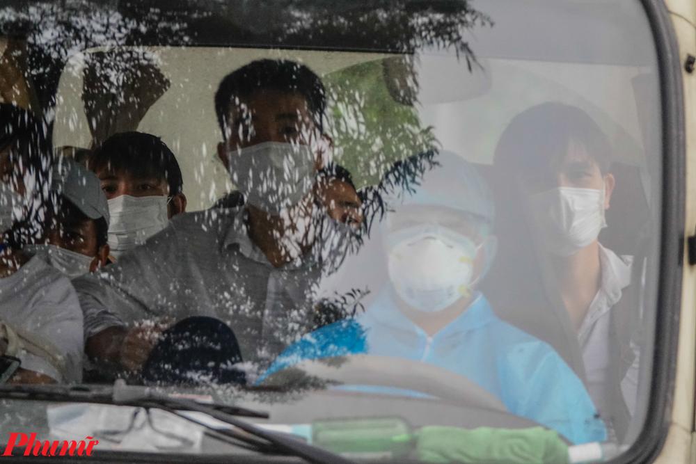 Các công dân và lái xe đưa đón đều được trang bị bảo hộ đầy đủ.