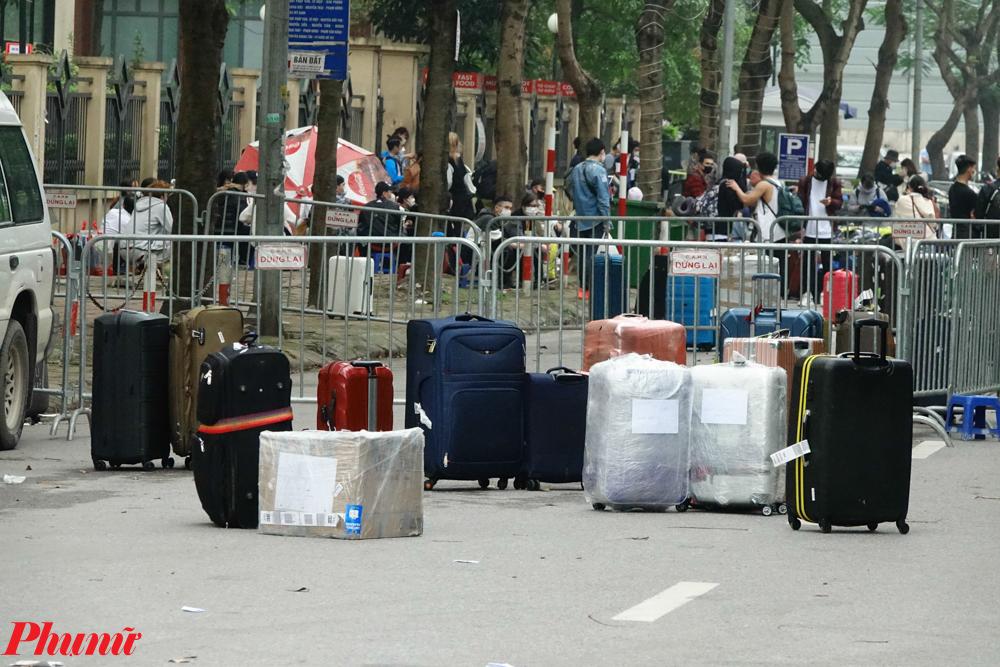 Tại cổng khác của tòa nhà, nhiều công dân cũng đang đợi làm thủ tục để nhận phòng cách ly.