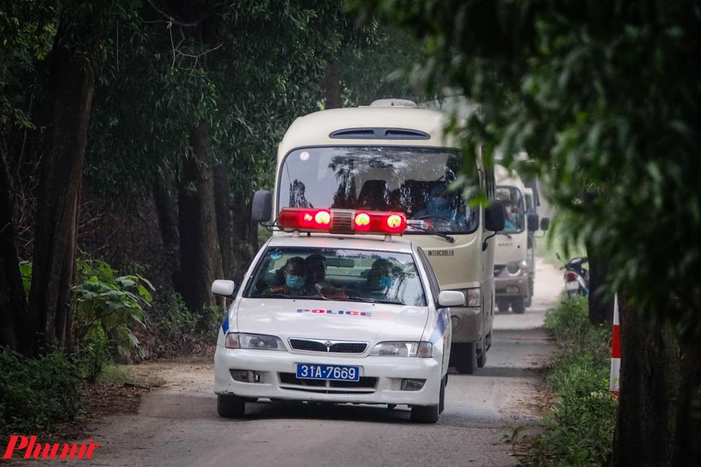 Trong ngày hôm nay (21/3), nhiều đoàn xe đã đưa các công dân từ nước ngoài trở về đến cách ly tại Trường Cao đẳng nghề Công nghệ Hà Nội. Các cán bộ ở đây cho biết, khu cách ly sẽ sớm hết chỗ do số công dân trở về trong nhiều ngày qua khá lớn.