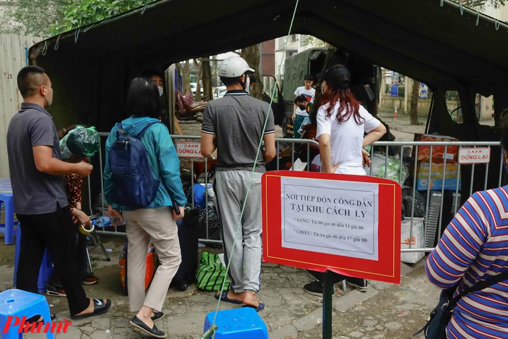 Nhiều ngày trở lại đây, lượng người được đưa đến cách ly tại khu Pháp Vân - Tứ Hiệp đã khá nhiều. Vì thế mà khu vực nhận hàng tiếp tế cho người cách ly không khi nào hết việc.