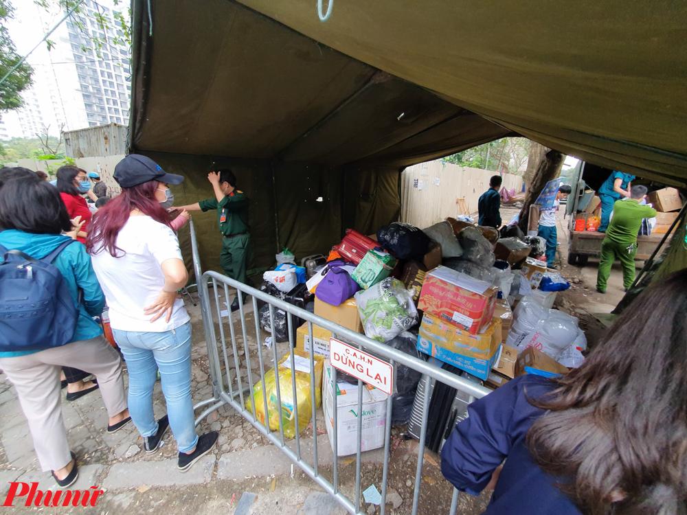 Mặc dù được các cán bộ giải thích, công dân có đầy đủ nhu yếu phẩm phục vụ cuộc sống nhưng nhiều người vẫn muốn gửi thêm đồ cho người thân. Một số đồ không cần thiết vì đã được khu cách ly cung cấp cũng được trả lại.