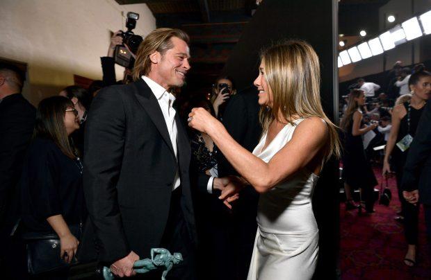 Hình ảnh Brad Pitt và vợ cũ Jennifer Aniston thân thiết với nhau tại hậu trường lễ trao giải.