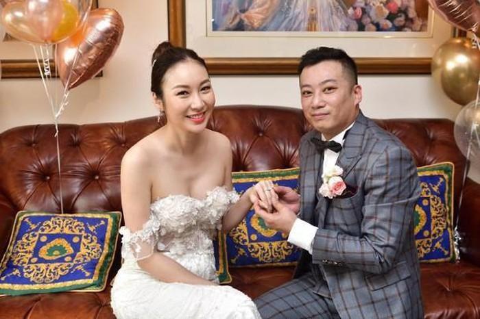 Cô dâu chú rể trao nhẫn cho nhau và livestream cho cha mẹ