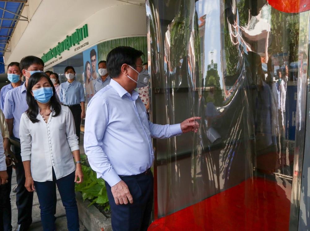 Chủ tịch UBND TPHCM Nguyễn Thành Phong kiểm tra công tác phòng cho71ng6 dịch COVID-19 tại  Bệnh viện Q.11