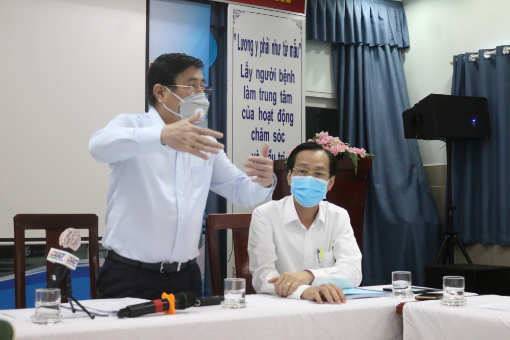 Chủ tịch UBND TPHCM NGuyễn Thành Phong cho rằng, Q.11 cần nâng cao, tăng cường tuyên truyền phòng chống dịch bệnh đến người dân, các cơ sở lưu trú, trường học...