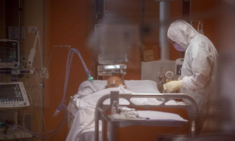 Một bệnh nhân COVID-19 được điều trị tại bệnh viện ở Rome - Ảnh: Guardian/Getty Images