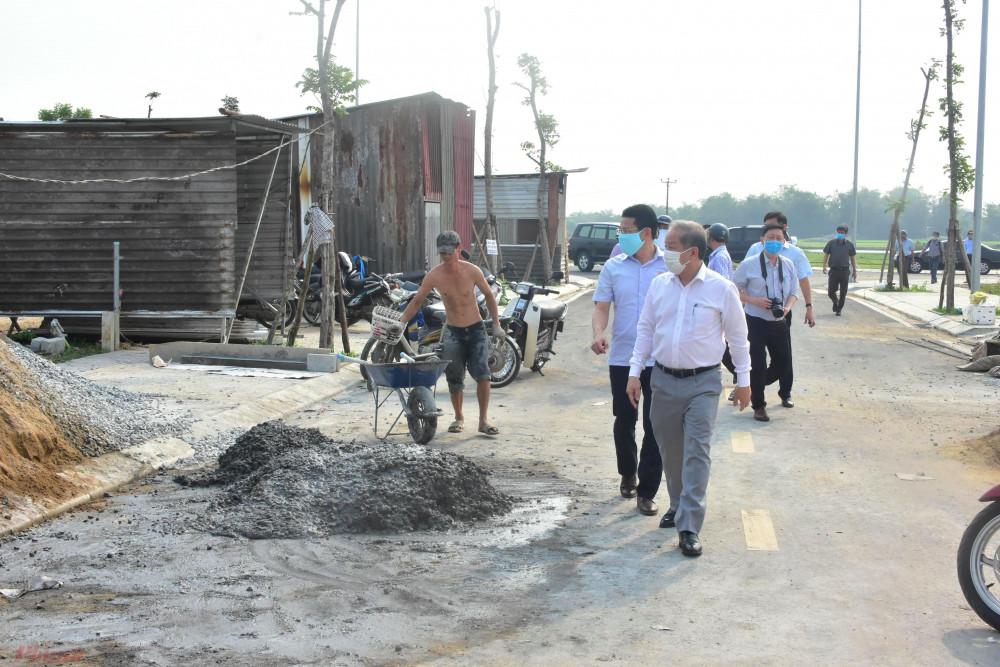 Ông Phan Ngọc Tho kiểm tra tiến độ xây dựng tại Khu tái định cư Hương Sơ 2