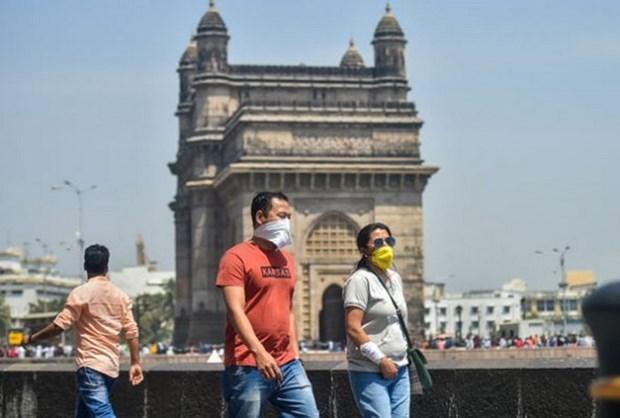 Khách du lịch đeo khẩu trang khi tham quan Mumbai