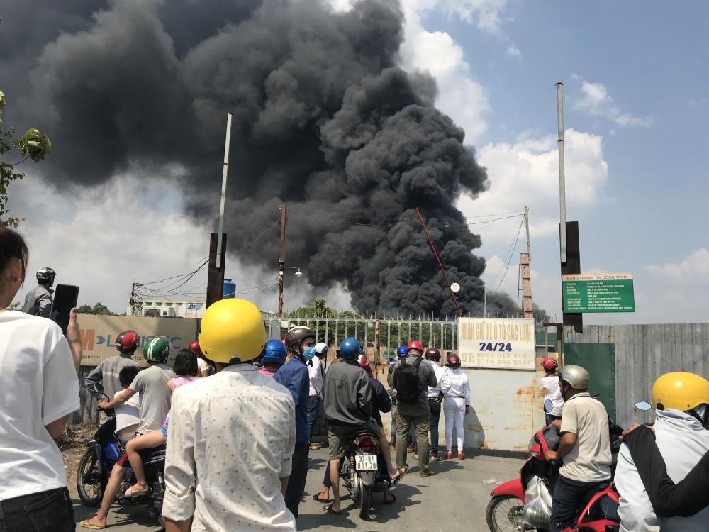 Người dân đổ xuống đường đứng xem vụ cháy