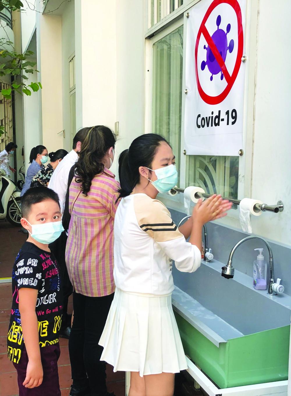 Trong mùa dịch này,  ai cũng đã biết việc rửa tay, tránh đám đông, giữ khoảng cách với nhau 1 - 2m đối với người khác