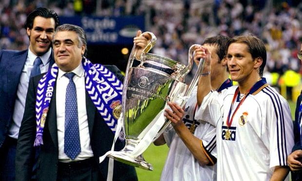 Ông Lorenzo Sanz (trái) nâng cao chiếc cúp vô địch cùng với cầu thủ Michel Salgado sau khi Real Madrid đánh bại Valencia trong trận chung kết Champions League 1999-2000.
