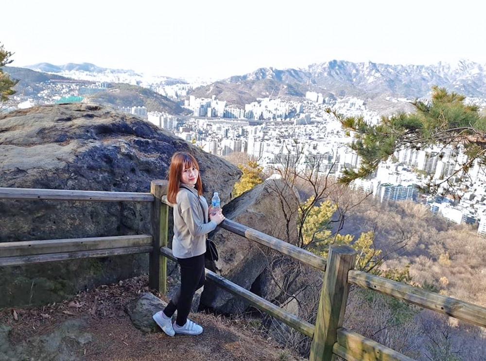 Du học sinh tại Seoul, Hàn Quốc leo núi hít thở không khí trong lành trong những ngày giữa tháng Ba