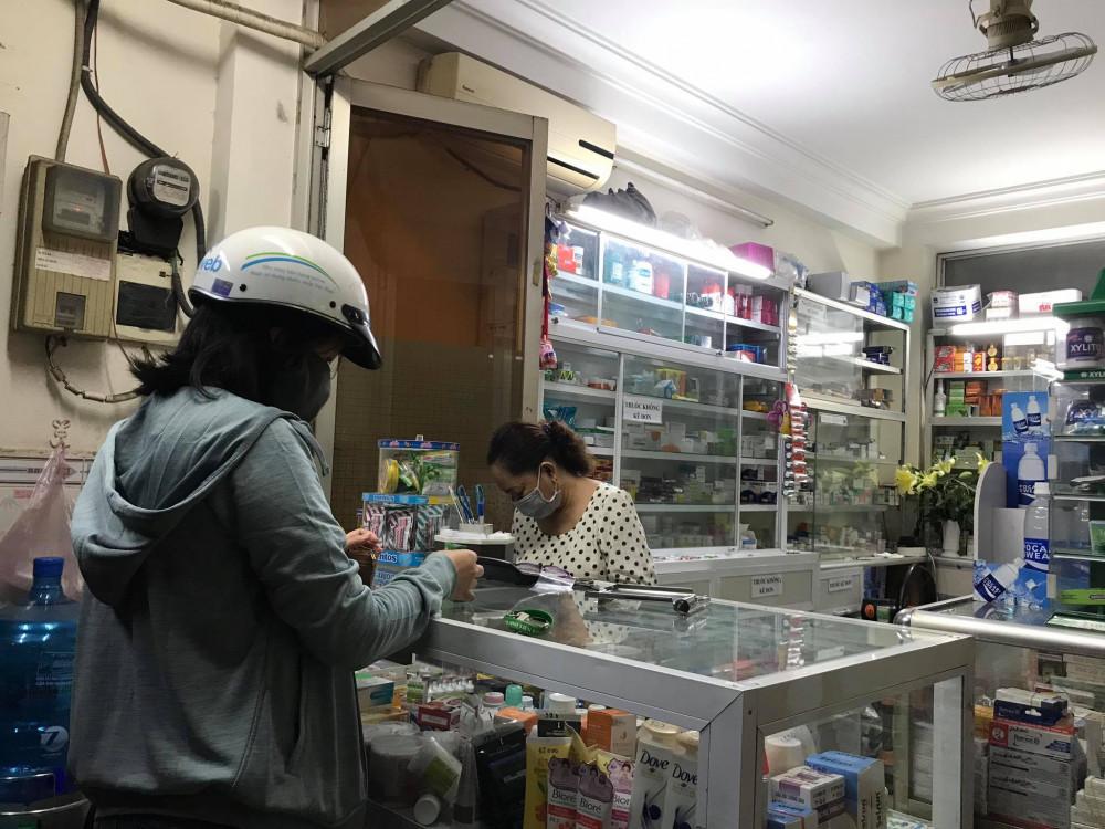 Một nhà thuốc tây tại Q.10 (TPHCM) liên tục từ chối khách hỏi mua thuốc trị sốt rét tăng nhanh đáng kể trong các ngày 21 và 22/3. Ảnh: Quốc Ngọc