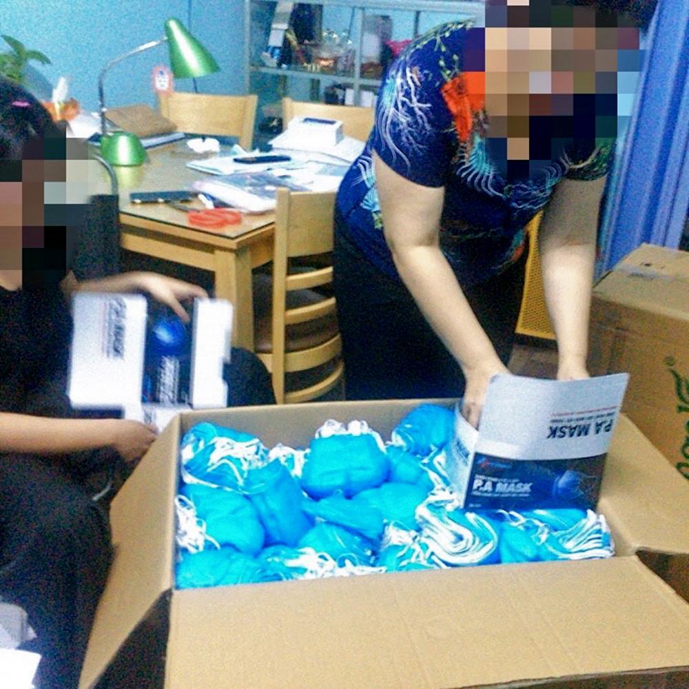 Một điểm bán khẩu trang đang chiết sản phẩm từ thùng giấy không nhãn mác sang vỏ hộp được cho của Công ty dược P.A Medical
