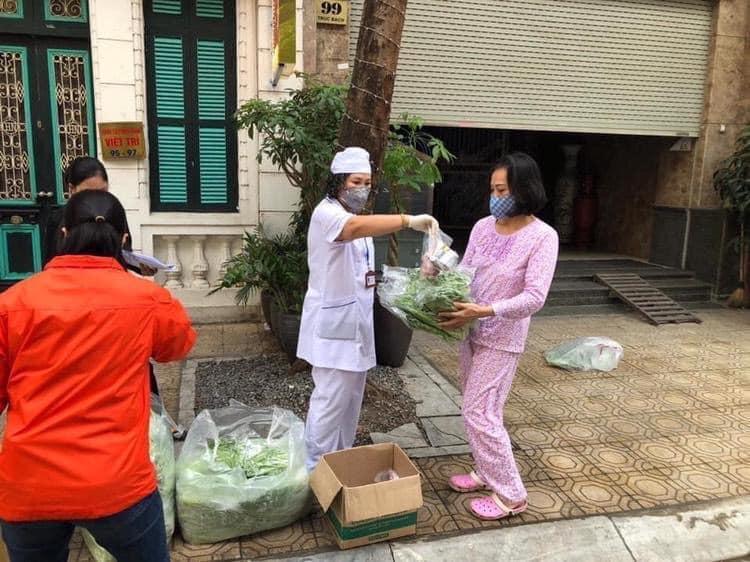 Cung cấp thực phẩm cho người dân tại khu cách ly Trúc Bạch (Hà Nội)