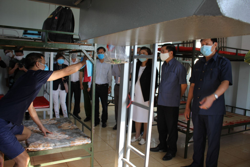Đoàn công tác do Thứ trưởng Bộ Y tế Đỗ Xuân Tuyên đến thăm khu cách ly tập trung
