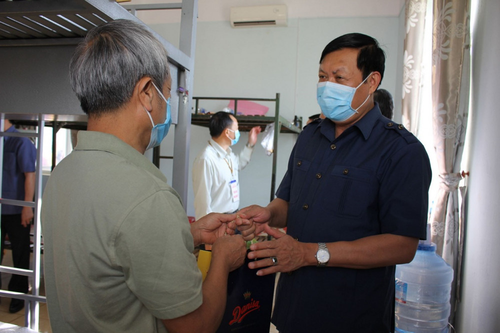 Thứ trưởng Bộ Y tế Đỗ Xuân Tuyên thăm hỏi, động viên người dân tại khu cách ly