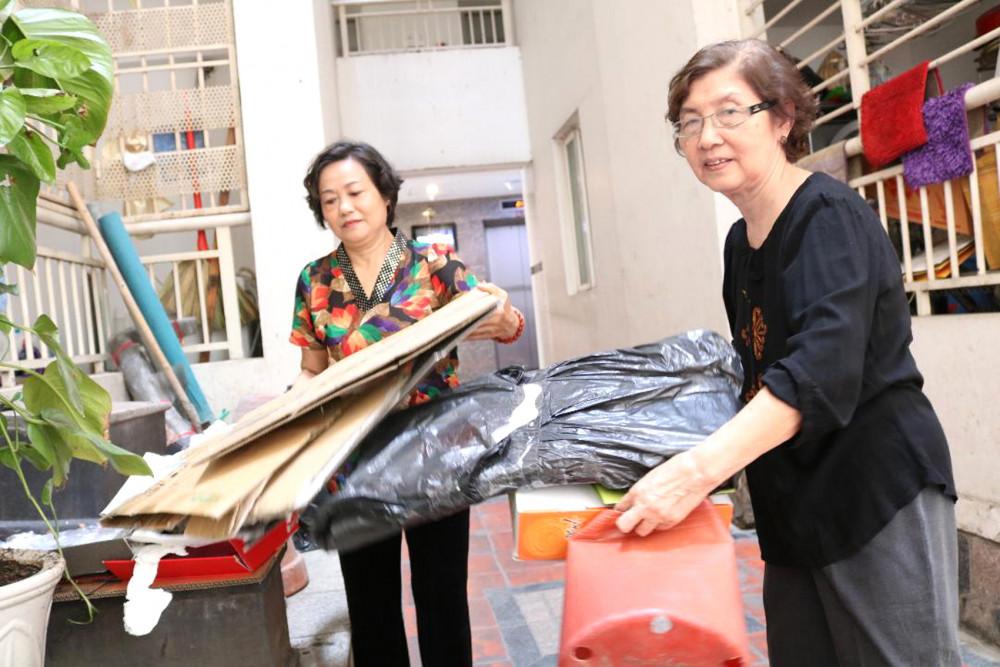 Bà Lê Thị Kim Liên (trái) - Chủ nhiệm câu lạc bộ Nữ hưu trí cùng bà Vũ Thị Nhâm đi gom giấy báo cũ, thùng các-tông và các loại vỏ lon để bán gây quỹ hỗ trợ phụ nữ, trẻ em nghèo