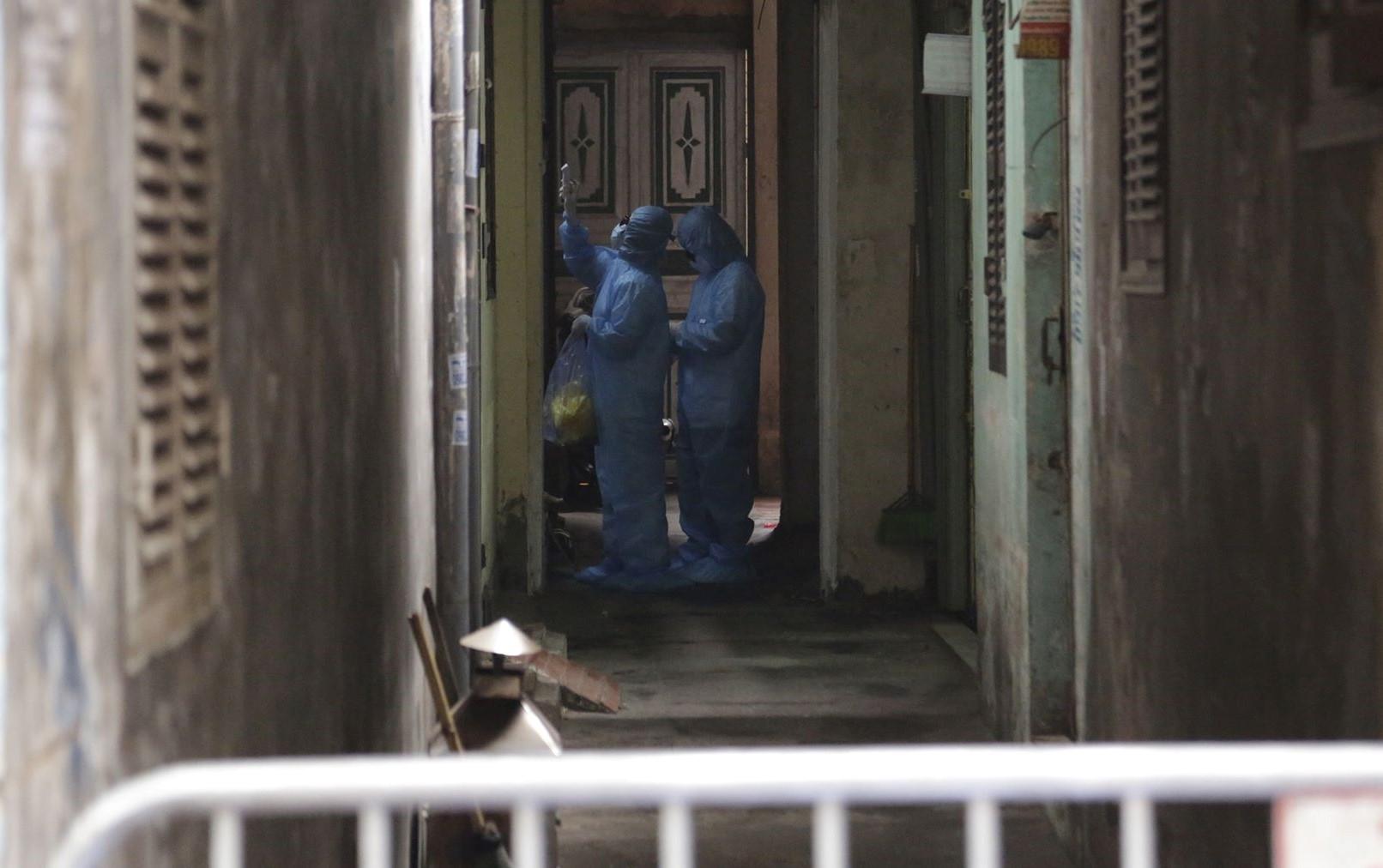 Các nhân viên y tế sẽ tiến hành kiểm tra thân nhiệt cho người dân ngày 2 lần. Nhu yếu phẩm cũng được đưa vào tận nhà theo đúng tiêu chuẩn của thành phố.