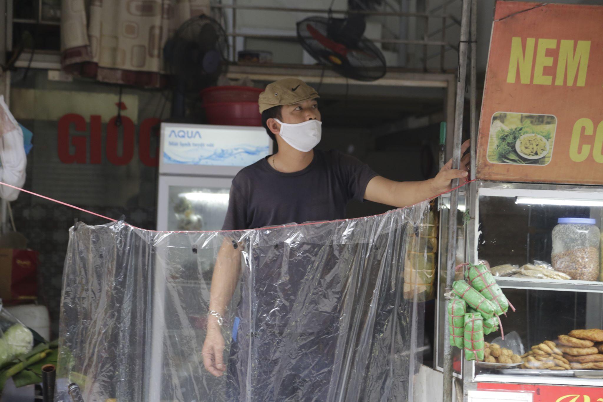 Sau khi phát hiện ca bệnh này, người dân khu phố Hồng Mai vẫn duy trì nếp sống cũ, không quá hoang mang sợ hãi. Tuy nhiên một số cửa hàng tạp hóa cũng tự bảo vệ bản thân bằng một hàng rào nilon đặc biệt.